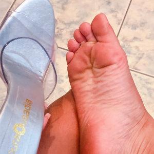 pezinho suado na sandalia