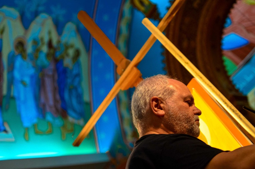 Kordis painting an icon during one of the concerts. Credit: www.chrystiachudczak.com