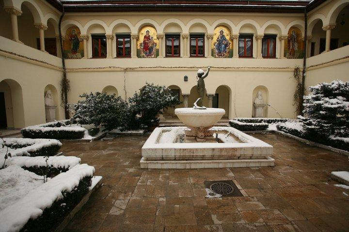 14patriarhia-romania-courtyard