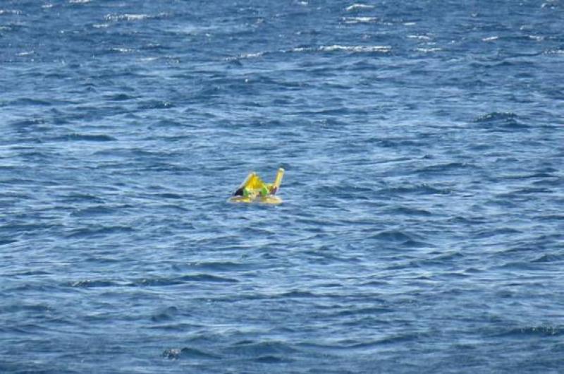 Rescatan milagrosamente a un bebé que flotaba en el mar
