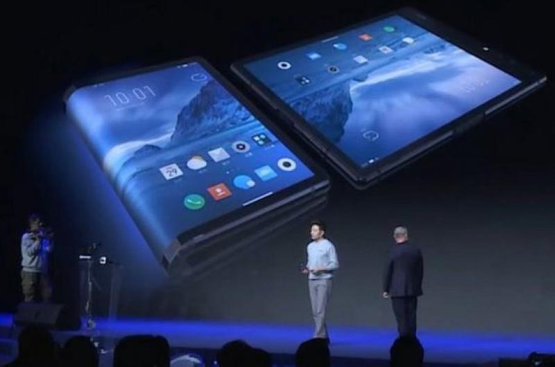 ¡La espera terminó! Se lanza el primer dispositivo móvil con pantalla flexible (vídeo)