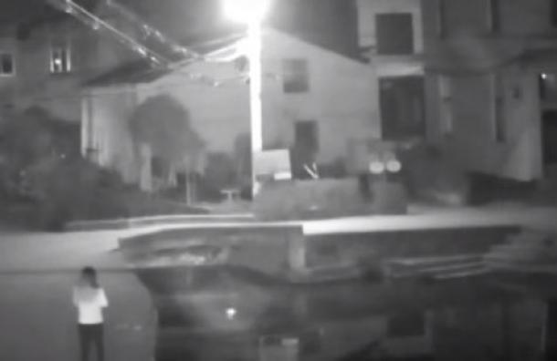 (Video) Caminar distraída con el celular le costó la vida a esta mujer