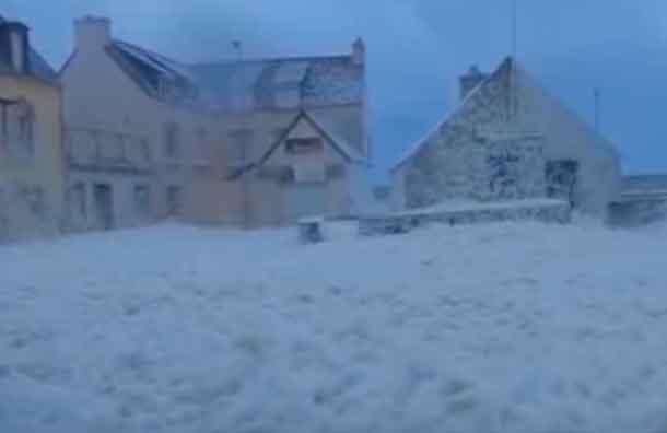 Tormenta de espuma cubrió ciudad francesa