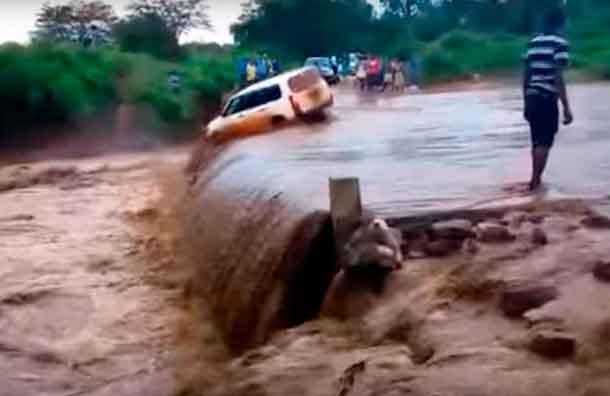 (VIDEO) hombre intentó cruzar río y fue arrastrado por la corriente