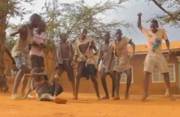 """Niños de Uganda bailan al ritmo de """"Sorry"""" de Justin Bieber"""