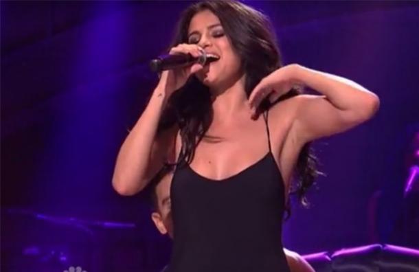 (Video) Revuelo por sensual presentación de Selena Gomez