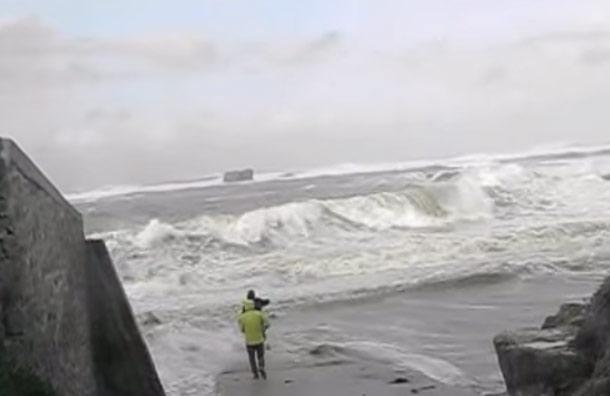 Pareja de jubilados es arrastrada por las olas en medio de una tormenta
