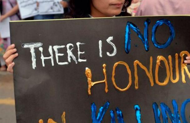 Hermanos la quemaron en público en India