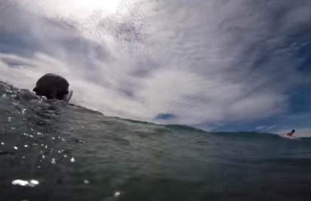 Un hombre grababa a su hija mientras nadaba y se llevó el susto de su vida
